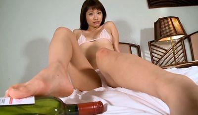 為近あんな エッチな美脚でビンを弄ぶスレンダー美女
