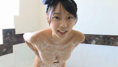 青山ひかる 迫力の巨乳をセクシーな水着でたくさん見せる